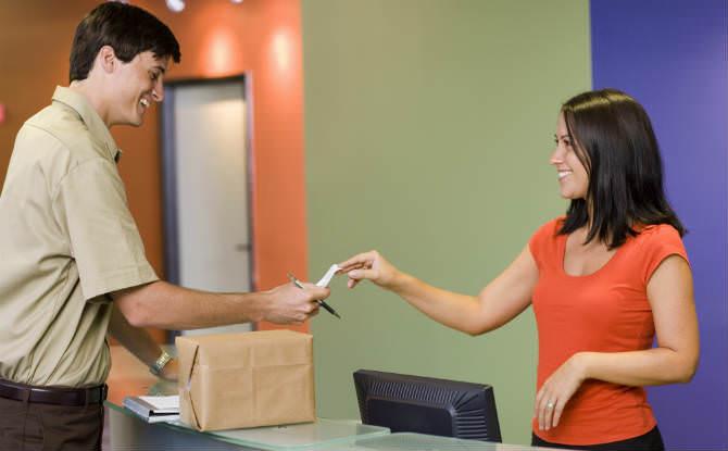 שליח מביא חבילה למזכירה במשרד