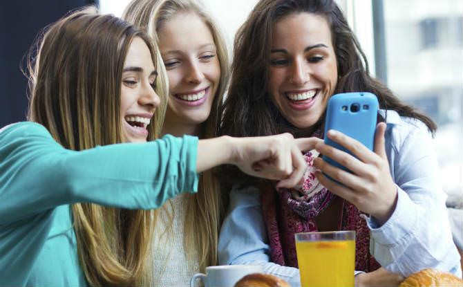 קבוצת בנות צופות בסמארטפון