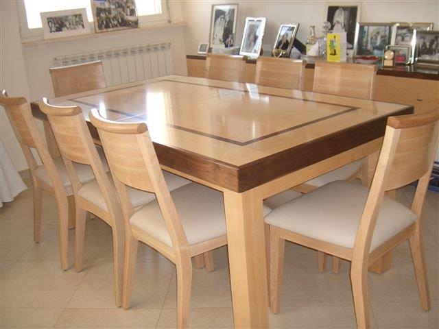 שולחן עשוי מייפל ומהגוני