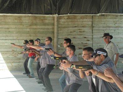 שומרים ומאבטחים חמושים