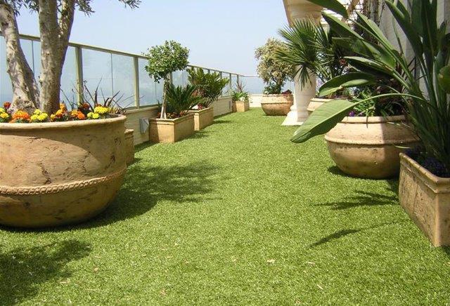 עיצוב והקמת גינות עם דשא סינתטי