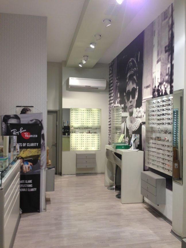 אופטיקאים מומחים בחנות למכירת משפקיים בתל אביב