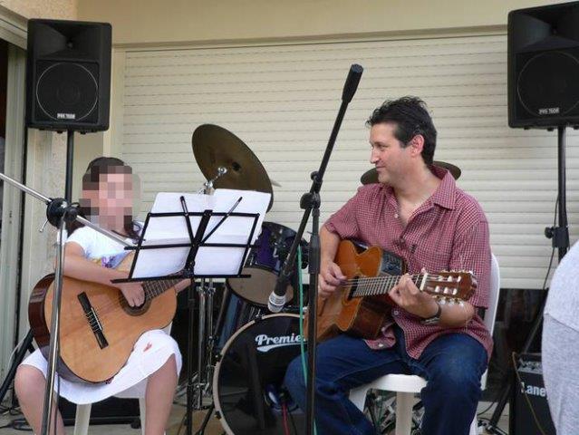 שיעור נגינה על גיטרה בסטודיו אקורד