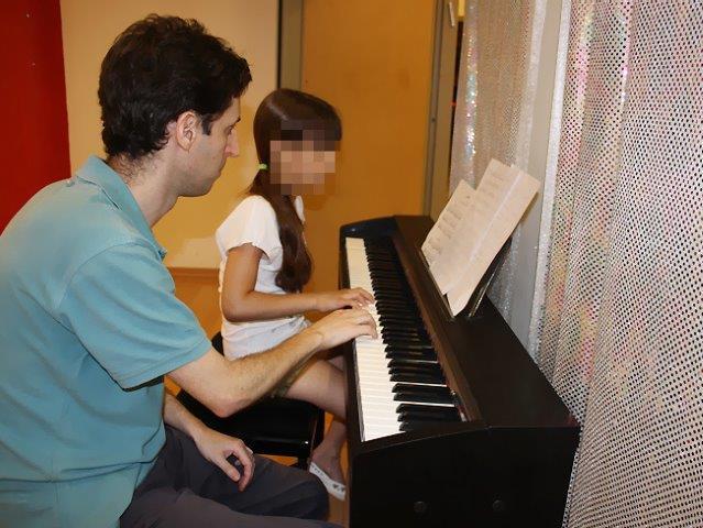 שיעור נגינה על פסנתר בסטודיו אקורד