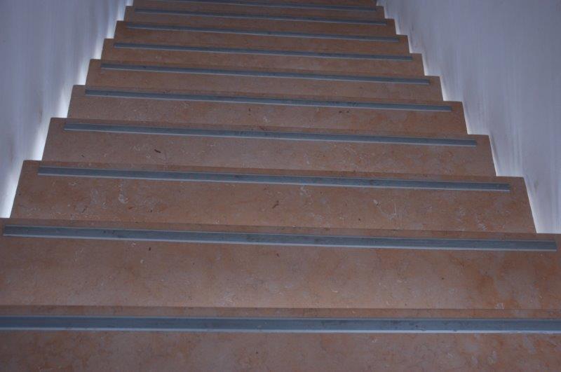 פסים נגד החלקה במדרגות