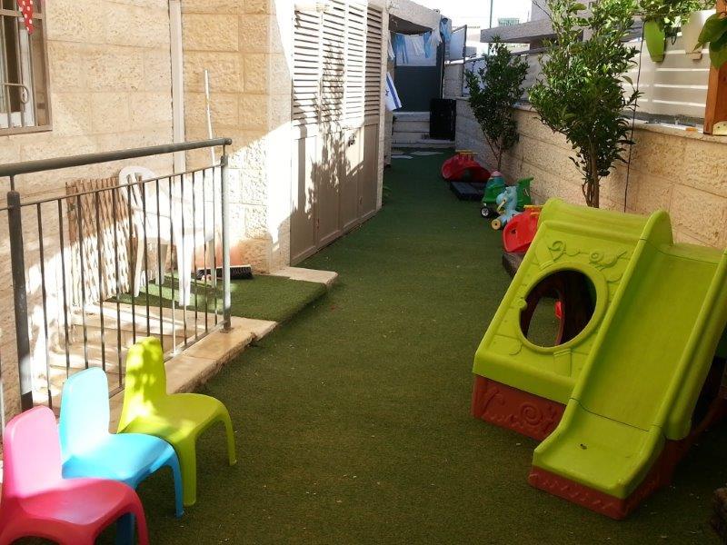 מתקנים ומשחקים בחצר הגן