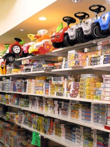 מגוון משחקי קופסא וצעצועים