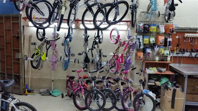 מגוון רחב של אופניים ואביזרים