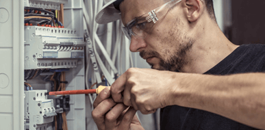 איך בוחרים חשמלאי לביצוע עבודות חשמל? - תמונת המחשה