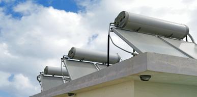 התקנת דודי שמש: כמעט על כל גג בישראל  - תמונת המחשה
