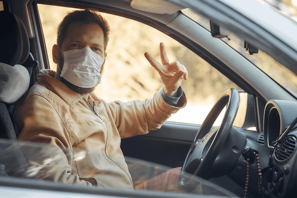 הקפידו על עטיית מסיכה בנסיעה במונית: תמונה שאטרסטוק