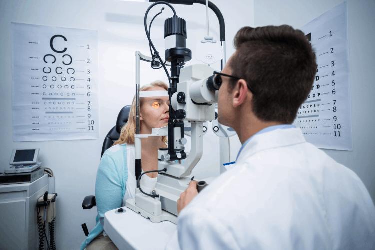 בדיקת ראייה אצל אופטומטריסט. צילום: shutterstock