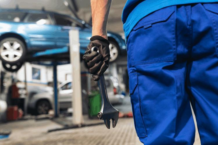תיקון רכב במוסך. צילום: shutterstock