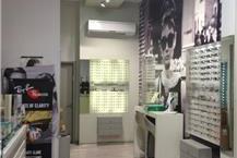 חנות למכירת משקפיים עם אופטימטריסט