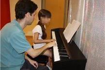 שיעור נגינה על פסנתר