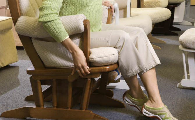 אישה יושבת על כיסא נדנדה בחנות