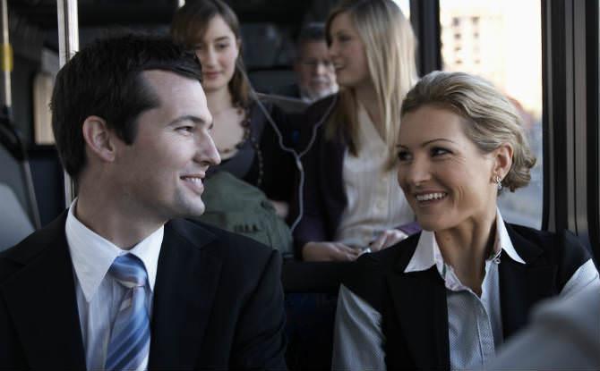 גבר ואישה בנסיעה לעבודה בהסעה