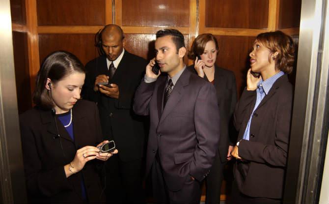 אנשים מדברים בסלולר במעלית
