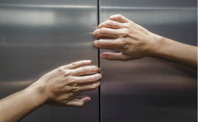 ידיים מנסות לפתוח מעלית
