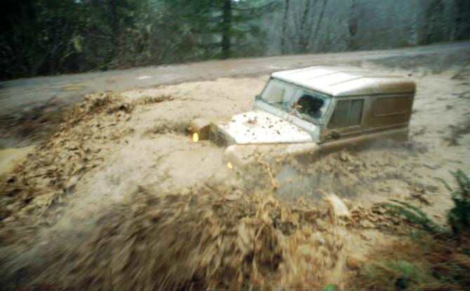 רכב שטח בתוך נחל שוצף לפני מפל