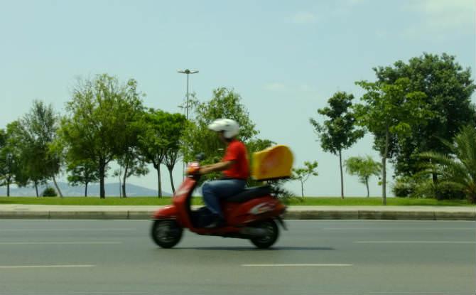 שליח רוכב על קטנוע