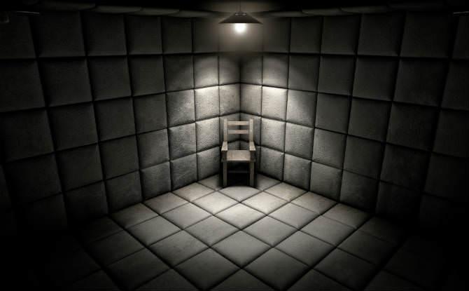חדר חשוך עם כיסא מואר בפינה