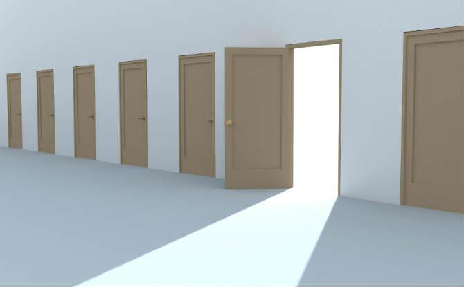 מסדרון עם הרבה דלתות, אחת פתוחה