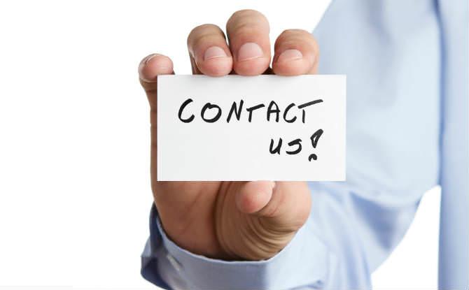 כרטיס ביקור ביד עליו רשום contact us