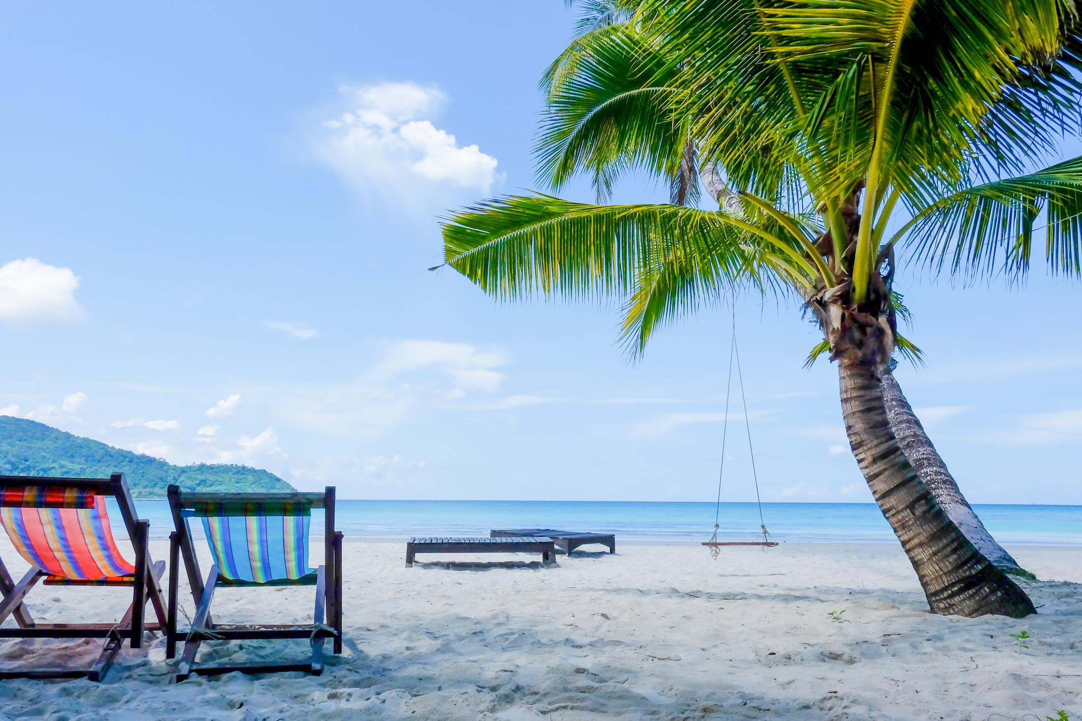 כיסאות נוח מול הים