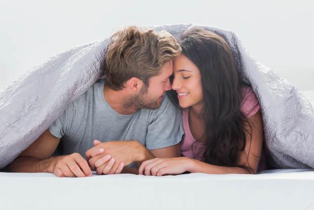 זוג אוהבים מתחת לשמיכה