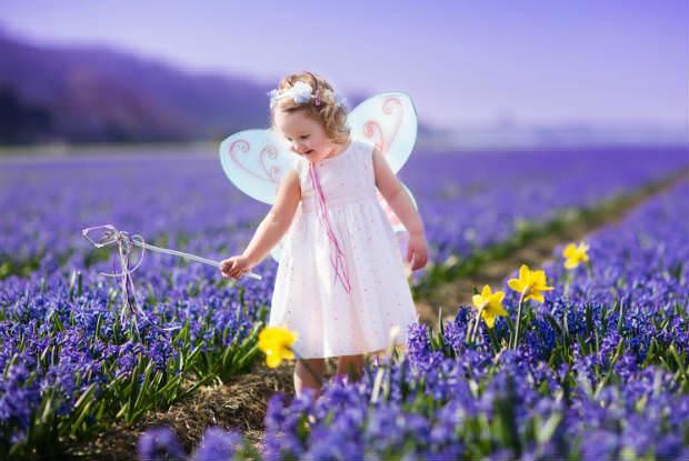 ילדה מחופשת בשדה