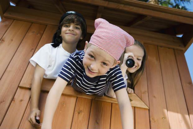 ילדים בתחפושת פיראטים