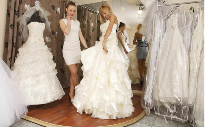 שתי נשים מודדות שמלות כלה