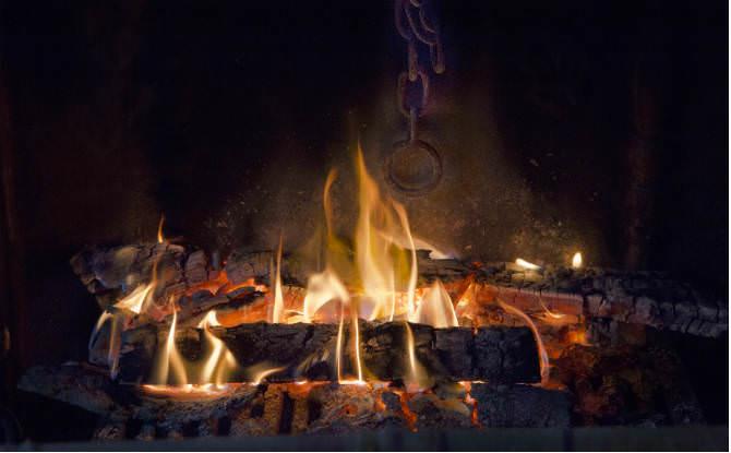 אש בקמין עצים