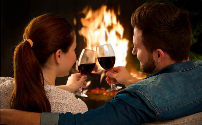 זוג משיק כוסות יין מול הקמין