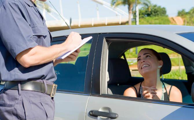 נהגת מתחננת לשוטר שרושם קנס