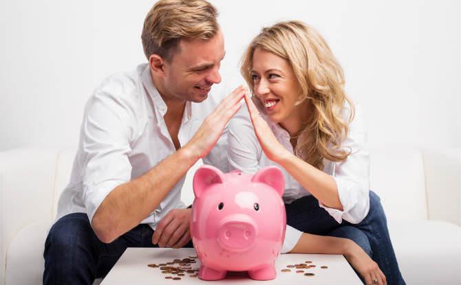 זוג מחזיק ידיים מעל קופת חיסכון