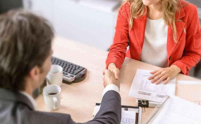 לקוח לוחץ יד לעורכת דין