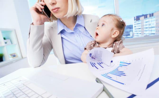 אמא עובדת עם ילדה עליה