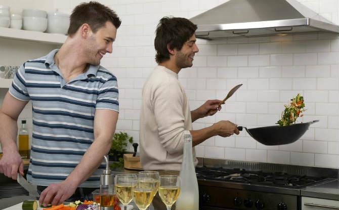 שני גברים מבשלים בווק