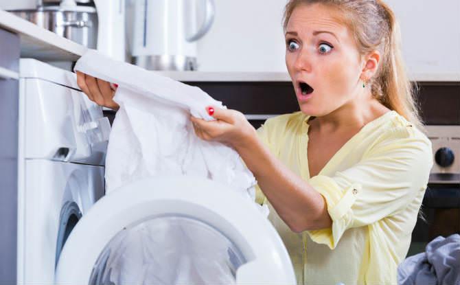 אישה מופתעת מכביסה