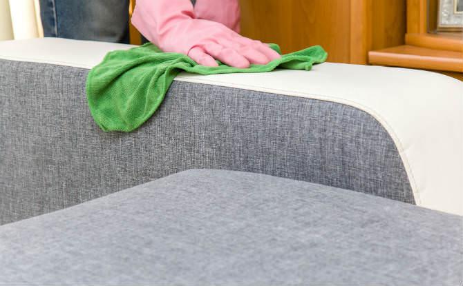 ניקוי ספה עם מטלית