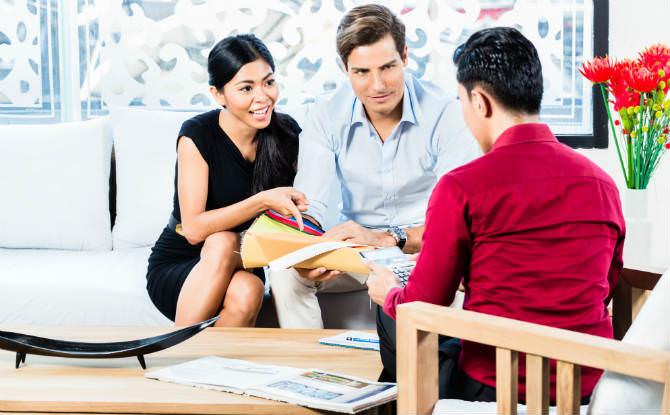 זוג בוחן בד בחנות רהיטים