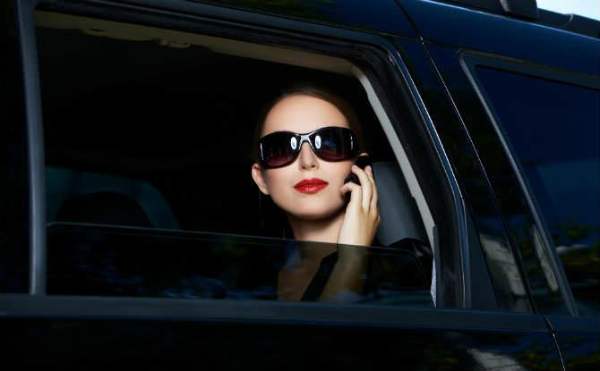 אישה בתוך אוטו עם חלון מושחר