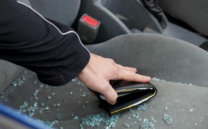 גניבת ארנק מרכב וחלון מנופץ