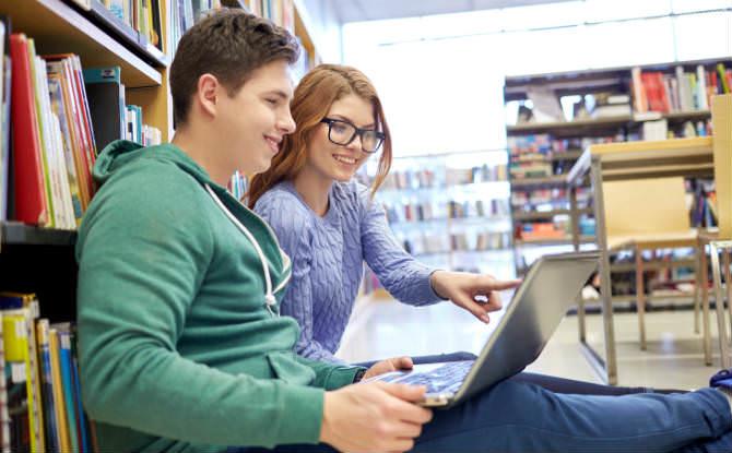 נער ונערה מול מחשב בספריה