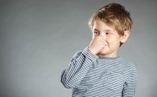 ילד סותם את האף בפני ריח