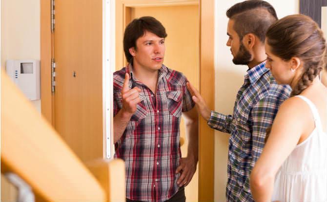 שכנים מתווכחים בפתח דירה