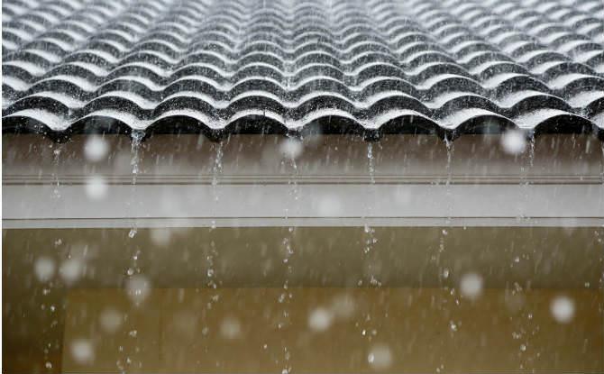 גשם יורד על הגג