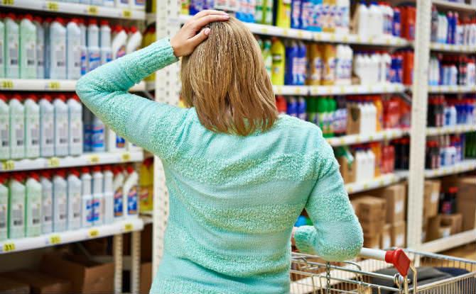 אישה קונה חומרי ניקוי